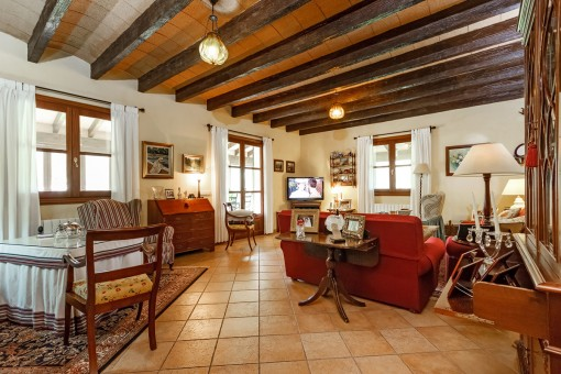 Großzügiger Wohnbereich mit Holzdeckenbalken
