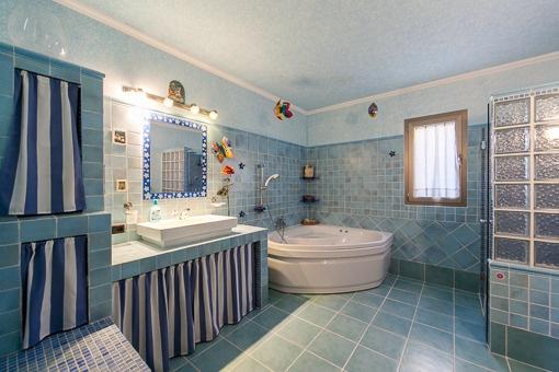 Großzügiges Tageslichtbadezimmer mit Badewanne und Dusche