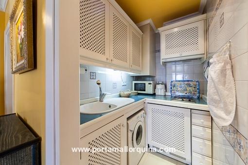 Voll ausgestattete, weiße Küche
