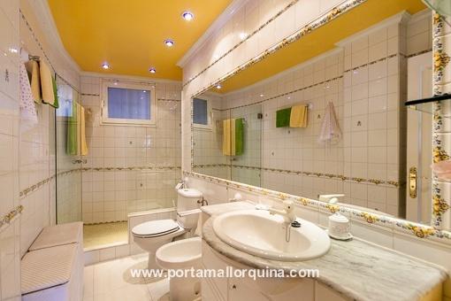 Weißes Badezimmer mit Tageslicht
