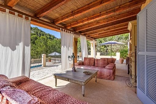 Idyllischer Balkon mit Loungebereich