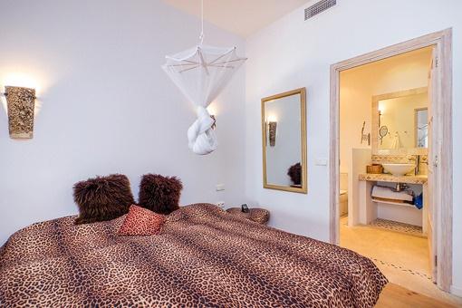 Romantisches Schlafzimmer mit Badezimmer en Suite