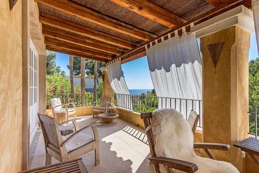 Loungebereich mit Blick auf das Mittelmeer