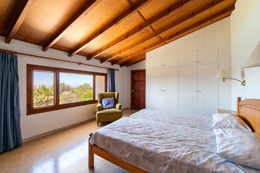 Weitläufiges Schlafzimmer mit schönem Ausblick
