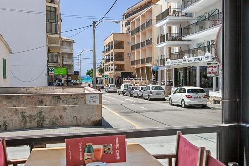 Blick von der Terrasse auf die Straße