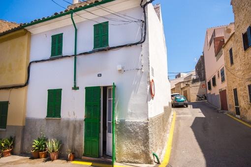 Renovierungsbedürftiges Altstadthaus mit Blick über die Dächer von Alcúdia in ruhiger Wohnlage