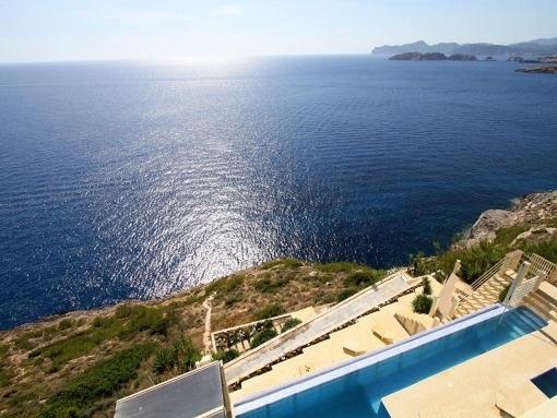 Möblierte Villa mit moderner Raumaufteilung in 1. Meereslinie in Port Adriano