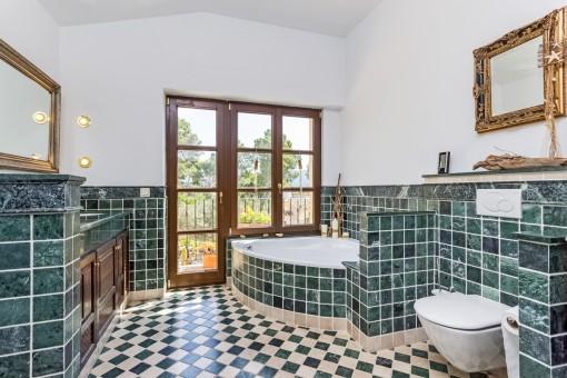 Eines von 4 Badezimmern mit Jacuzzi