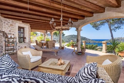 Überdachte Terrasse mit Chilloutbereich und fantastischem Meerblick