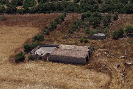 Kleines Haus auf dem Grundstück