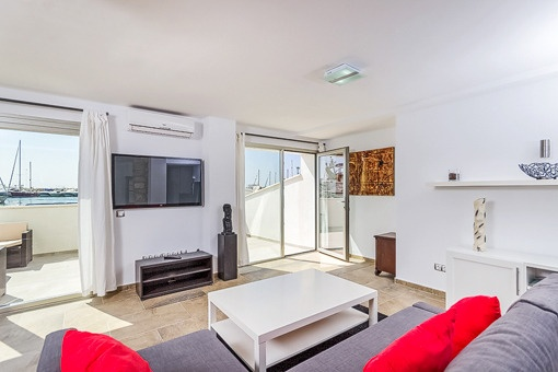 Gemütlicher Wohnbereich mit Balkonzugang
