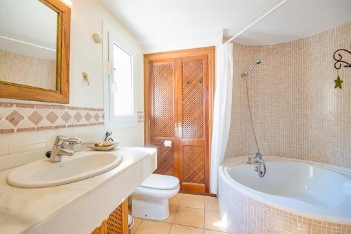 Badezimmer mit einladendem Jacuzzi
