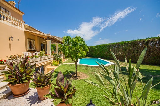 Idyllischer Garten mit Pool