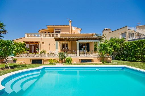 Chalet mit Teilmeerblick in begehrter Wohnlage von Alcúdia nur 50 m vom Meer entfernt
