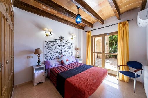 Schlafzimmer mit direktem Terrassenzugang