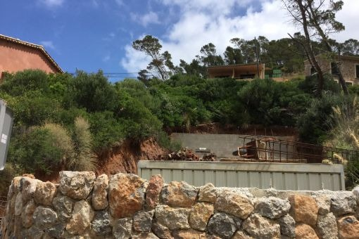 Grundstück mit Natursteinmauer