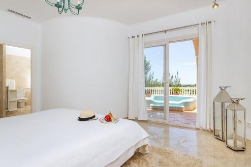 Schlafzimmer mit Blick auf den Jacuzzi