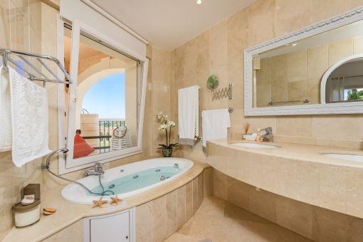 Hauptbadezimmer mit Hydromassage-Badewanne
