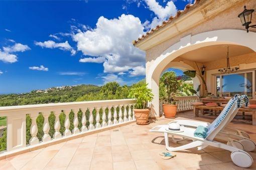 Sonnige Terrasse mit tollem Ausblick