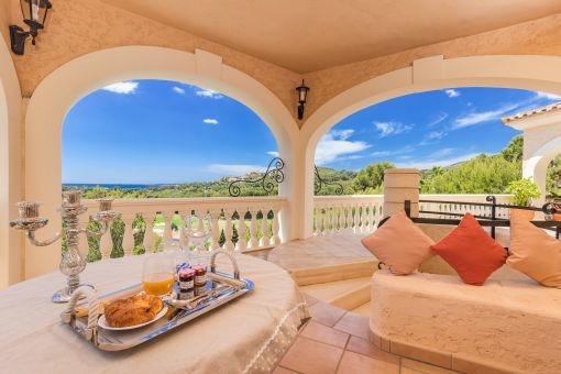 Terrasse mit Loungeecke und Meerblick
