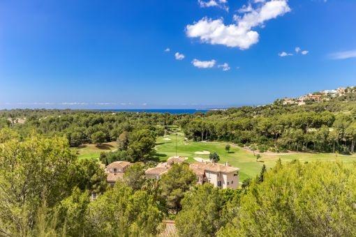 Elegante Villa mit Blick zum Golfplatz und auf das Meer in Bendinat