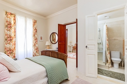 Lichtdurchflutetes Schlafzimmer mit Badezimmer en Suite