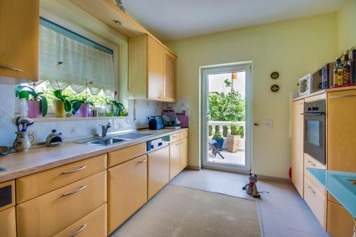 Obere Küche mit Ausblick in den Garten