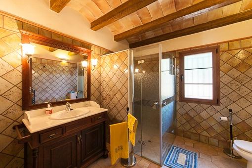 Typisches Badezimmer mit Dusche