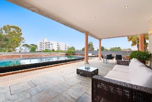 Überdachte Loungebereich neben dem Pool