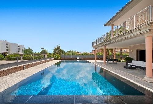Überlaufpool und Ansicht der Villa