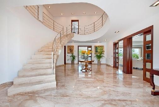 Repräsentativer Eingangsbereich mit Treppenaufgang