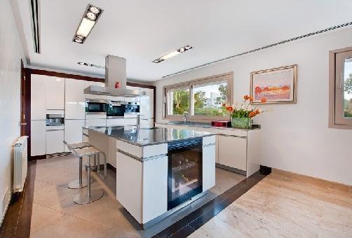 Moderne voll eingerichtete Küche