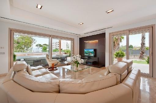 Loungebereich des Wohnzimmers mit Meerblick