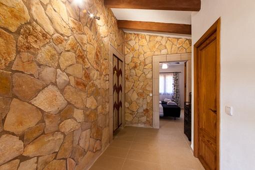 Natursteinwände und originale Deckenbalken