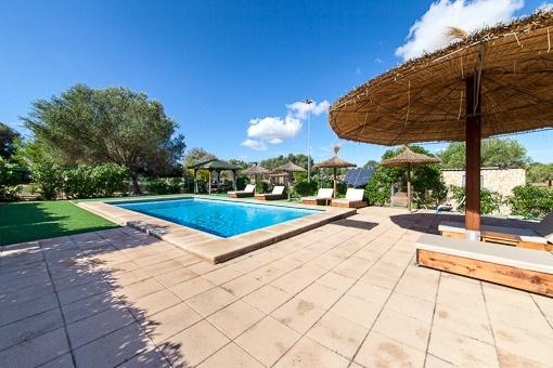 Sonnige Terrassen neben dem Pool
