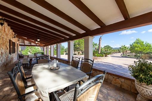 Großzügige überdachte Terrasse mit Sitzgelegenheiten