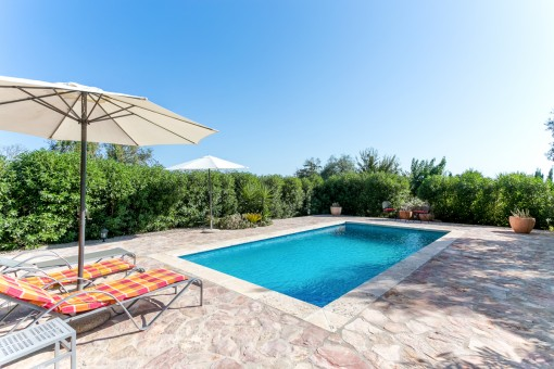Der Poolbereich bietet Ruhe und Privatsphäre