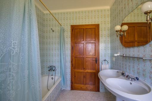 Uriges Badezimmer mit Badewanne