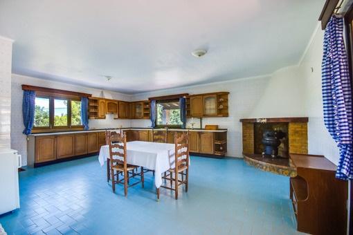 Lichtdurchflutete Küche mit rustikaler Möblierung