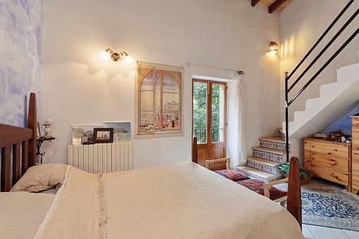 Schlafzimmer mit Zugang zum oberen Stock
