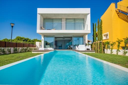 Moderne Neubauvilla im kubistischen Stil in bester Wohngegend von Alcudia mit Blick auf die Berge