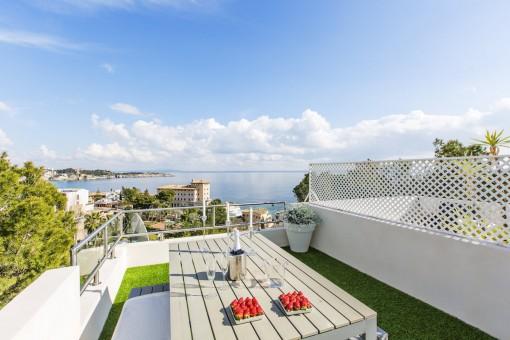 Moderne Duplex-Wohnung mit fantastischem Meerblick und privater Dachterrasse, in Cas Catala