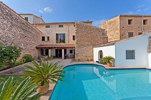 Herrschaftliches Herrenhaus mit Garten und Pool im Herzen der Altstadt von Alarò
