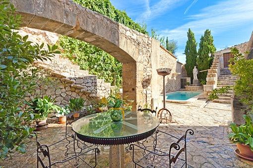 Einzigartiges helles Herrenhaus am Dorfrand von Lloseta mit Vermietungslizenz für 12 Betten