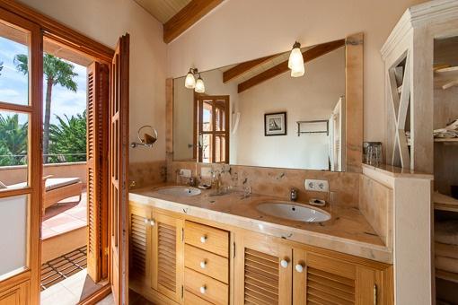 Lichtdurchflutetes Badezimmer mit Balkonzugang