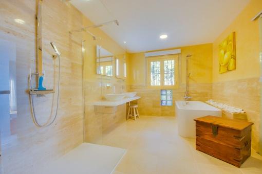 Helles Duschbadezimmer