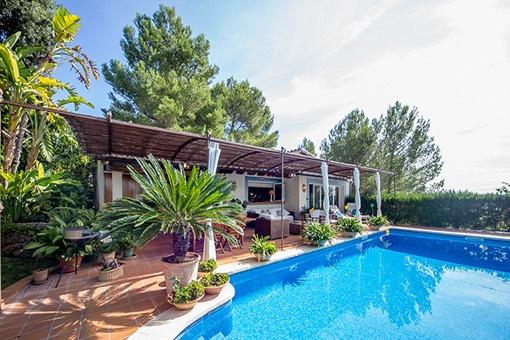 Südorientierte Villa mit Gästehaus, bezauberndem Pool und Weitblick in der Inselmitte