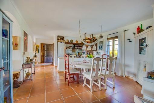 Helle Küche und Essbereich