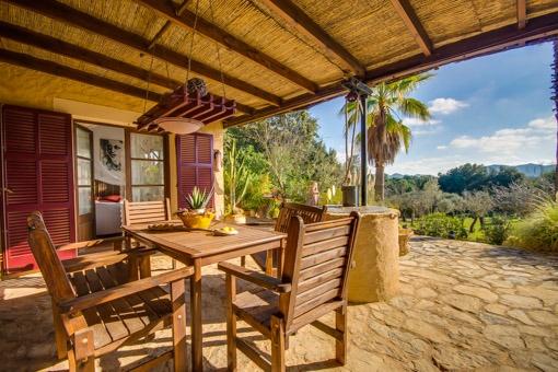 Überdachte Terrasse mit fantastischem Garten