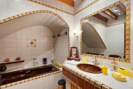 Traditionelles Badezimmer mit Badewanne
